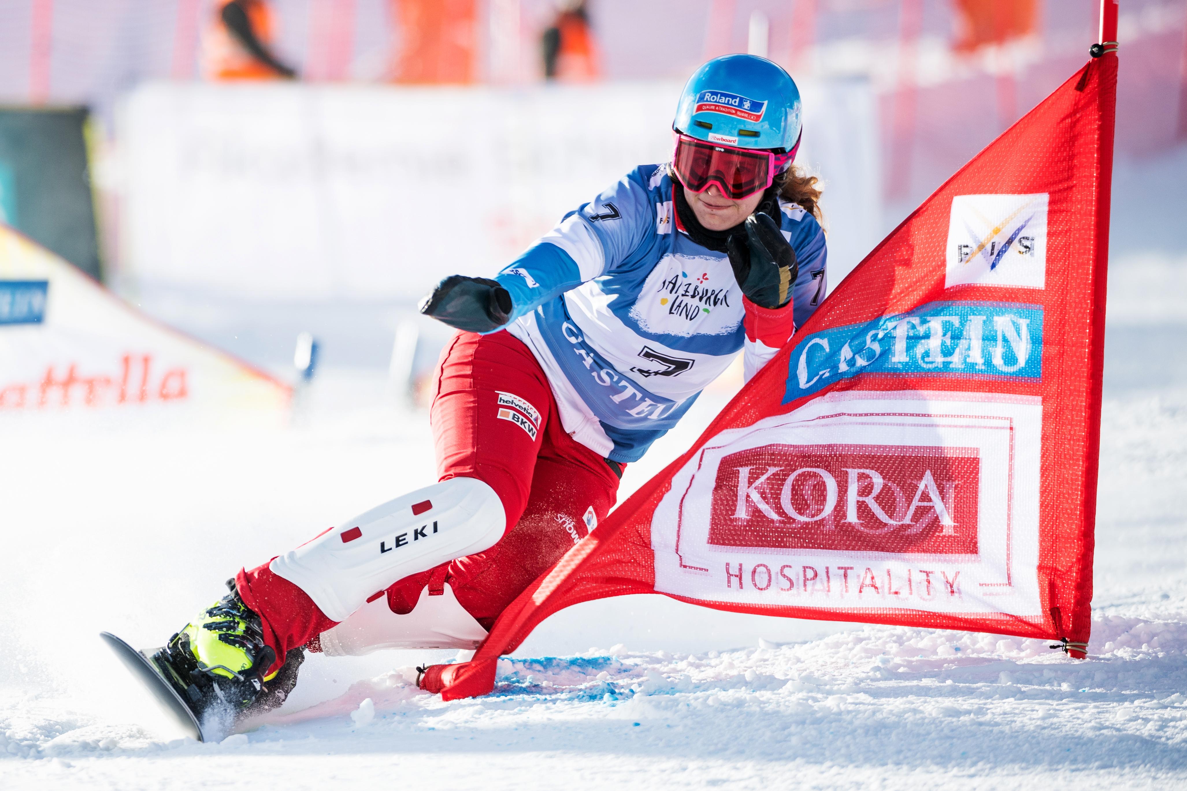 Patrizia Kummer carvt beim Weltcup Parallel Slalom in Bad Gestein im Januar 2017 äusserst dynamisch um die Stangen.