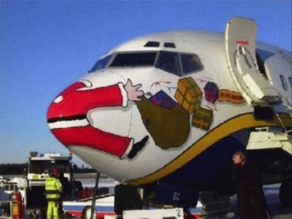 Auf der Nase eines Flugzeuges ist der Weihnachtsmann aufgemalt, wie er mit dem Flugzeug kollidert und alle Geschenke fallen lässt.