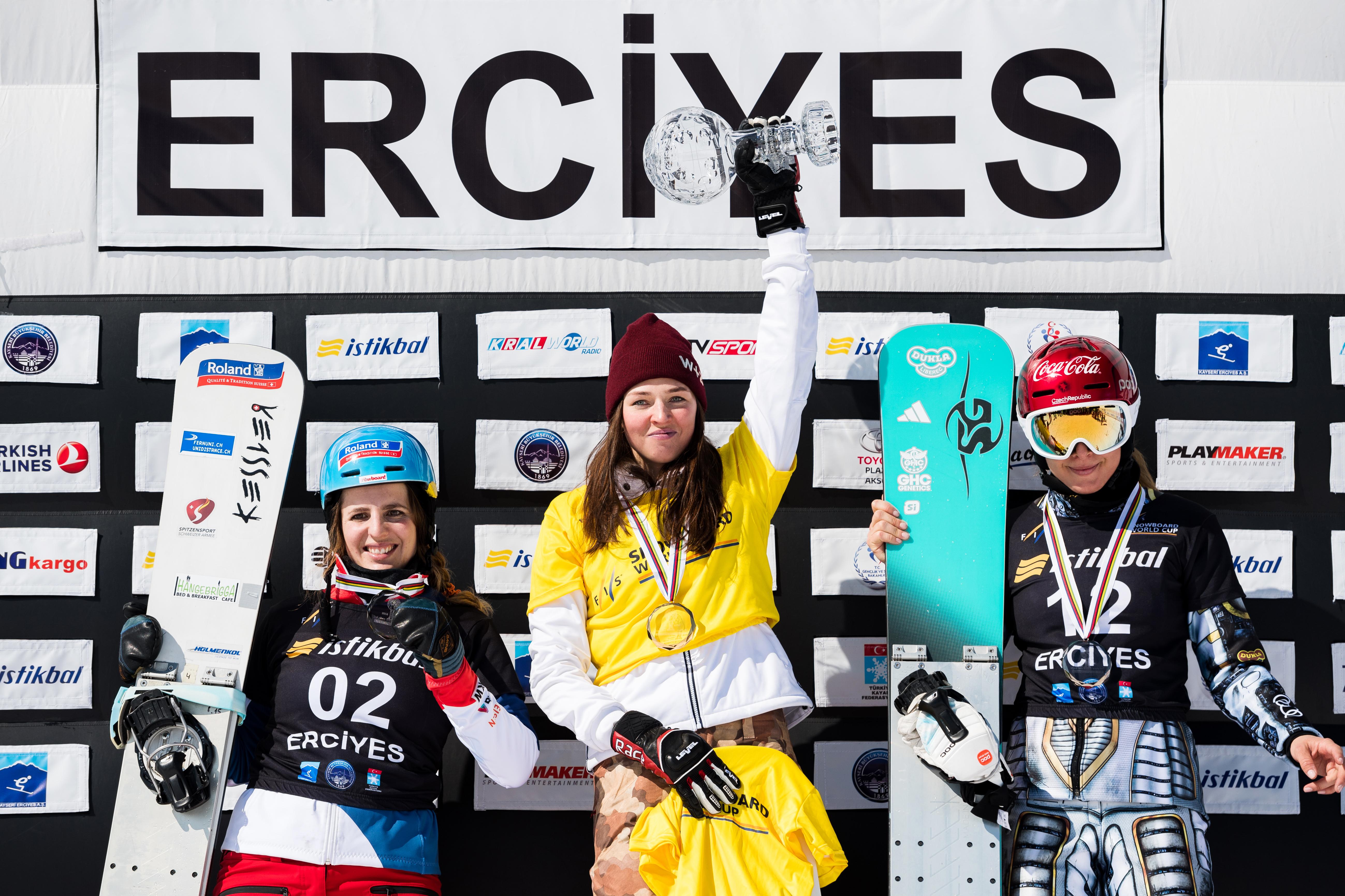 Patrizia Kummer freut sich über ihren 2. Rang in der Disziplinen Gesamtwertung im Parallel Slalom der Saison 2016/2017.