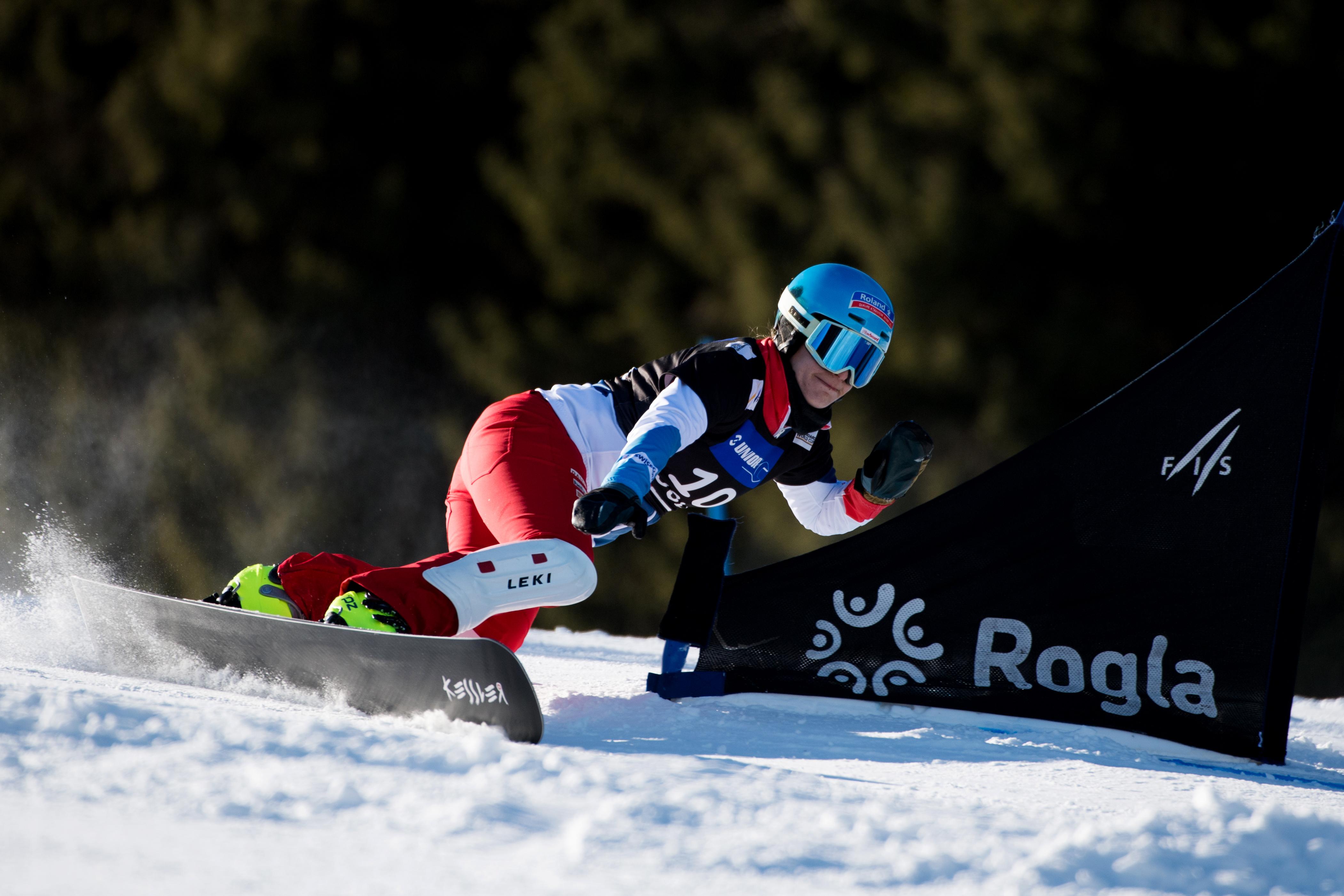 Patrizia Kummer fährt voll Speed im Weltcup Parallel Riesenslalom von Rogla um die Tore.