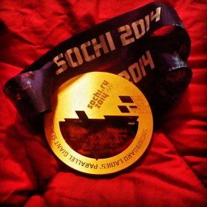 19. Februar 2014 -Sochi, Russland - Olympiasieg #1 - Und das ist sie! Die Olympische Goldmedaille von Sochi von Patrizia Kummer!