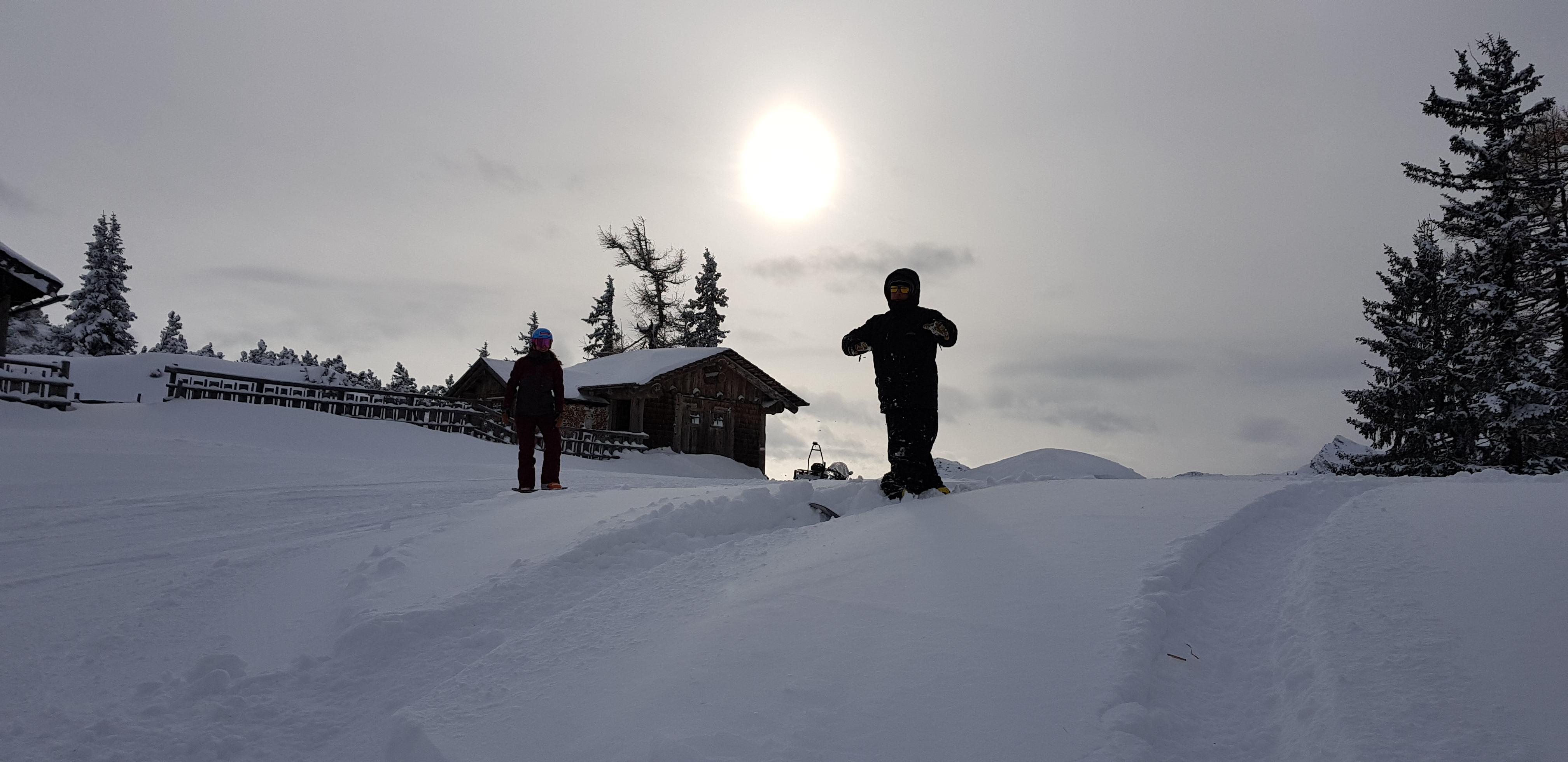 Patrizia Kummer steht zusammen mit ihrem Trainer Mario Rantschl zu oberst auf einem Berg, kurz bevor die Powderabfahrt beginnt.