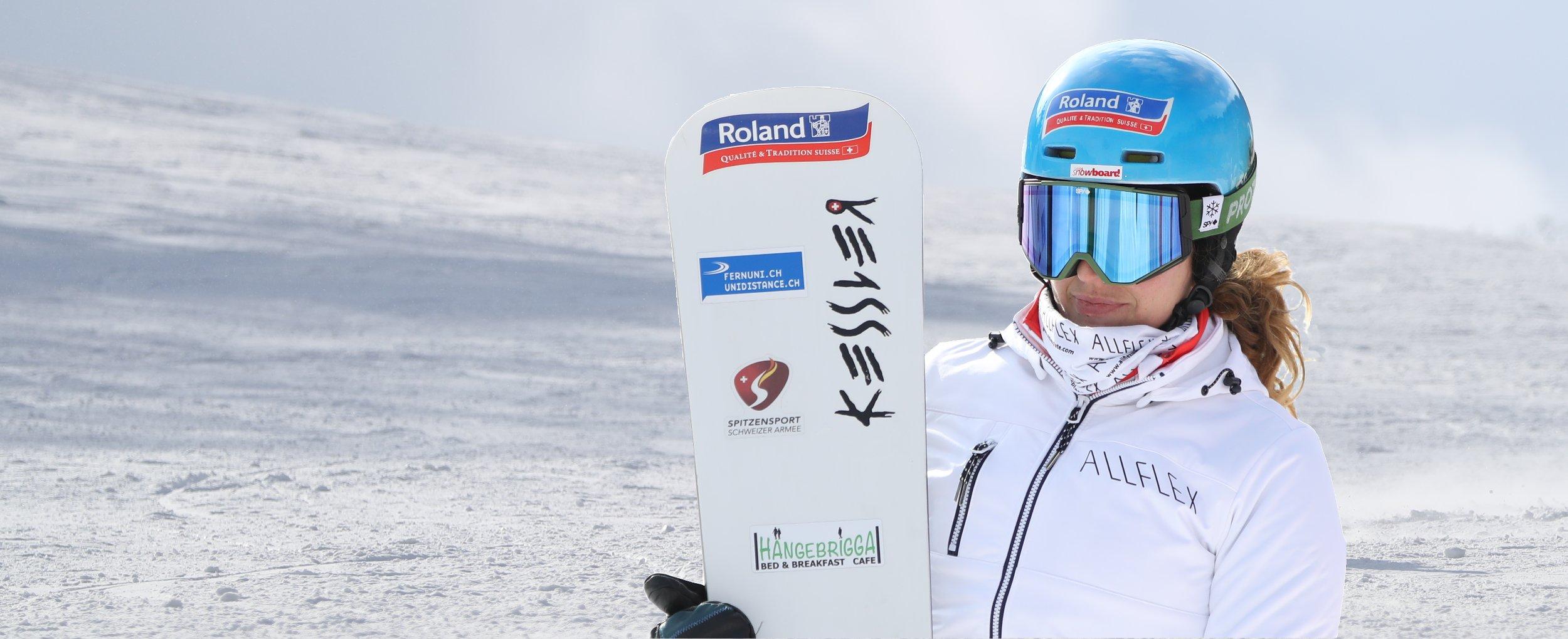 Portraitaufnahme von Patrizia Kummer im Schnee von Korea mitsamt ihrer Snowboardausrüstung.