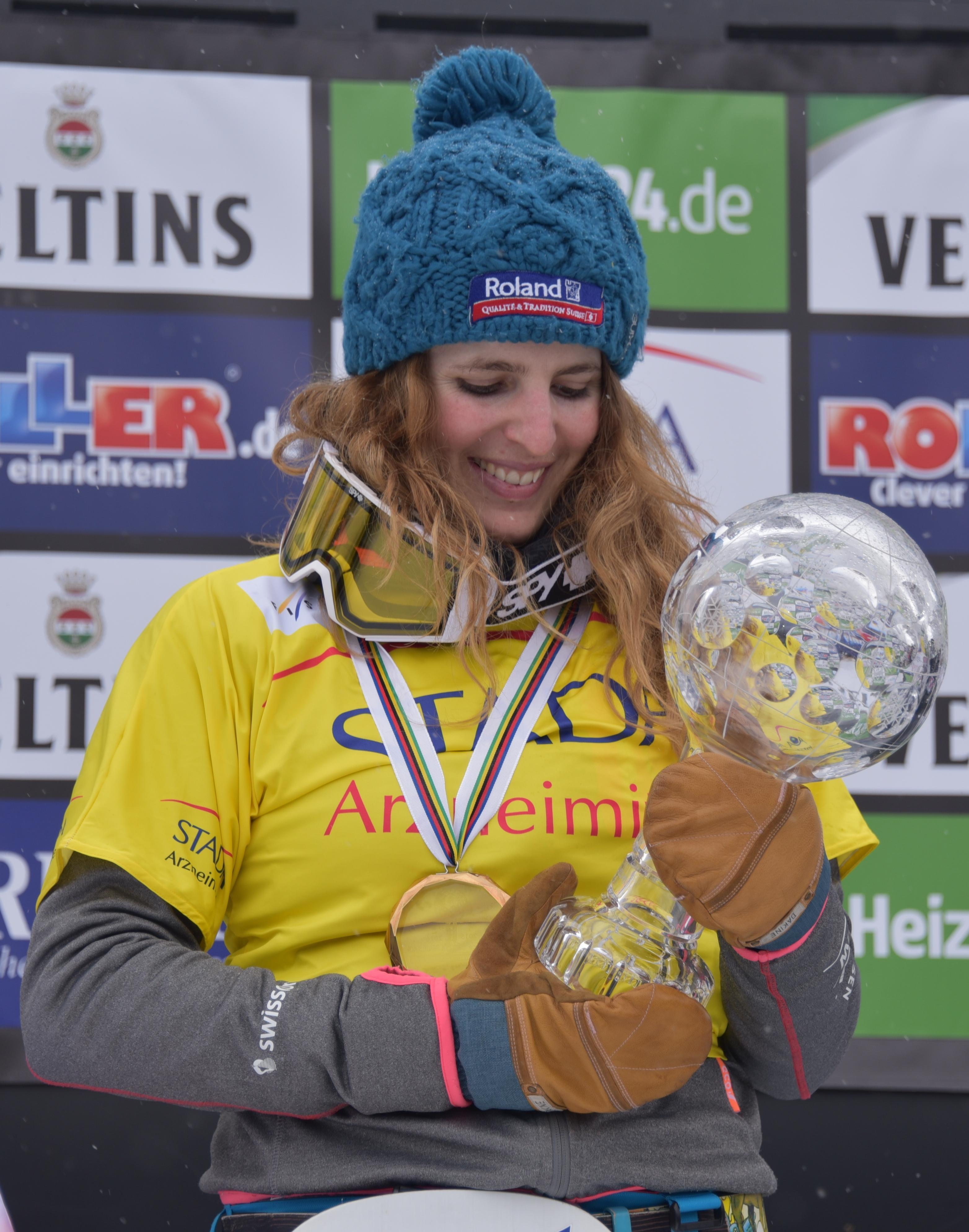 Patrizia Kummer freut sich über ihre 7. Kristallkugel im März 2016 beim Rennen in Winterberg.