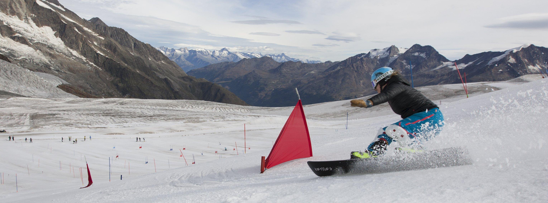 Patrizia Kummer beim Stangentraining auf dem Gletscher in Saas Fee.